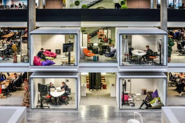 La Station F, installée dans le 13e arrondisemment de Paris depuis 2017, est le plus grand incubateur de start-up d'Europe, Xavier POPY/REA